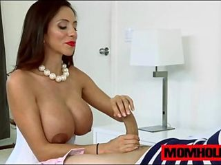 MILF Ariella Ferrera has the experience and the huge tits