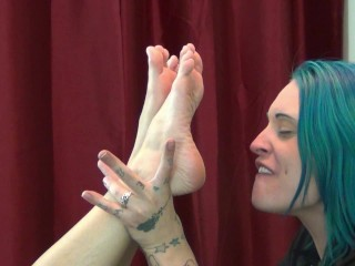 Gucci Girl allows Tattooed Cutie to worship her feet