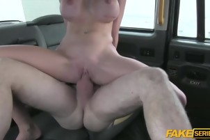 A driver fucked Cindys tight pussy in the fake taxi