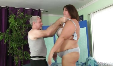 Sexy Plumper Gets Her Fat Body Licked and Massaged