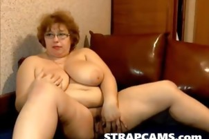 Busty mature wet pussy rubbing on webcam