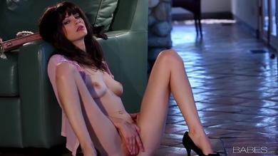 Extra hot and glamorous Bree Daniels will play her pussy
