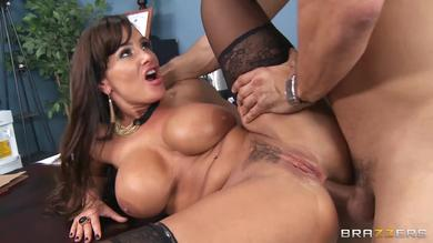 Lisa Ann likes it deep in her ass